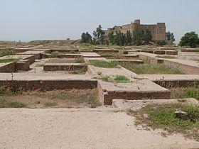 Ruines du palais royal achéménide de Suse, avec en arrière-plan le château construit par Jacques de Morgan.