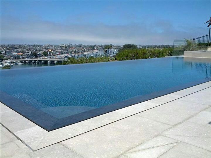 This Perimeter Overflow Pool Showcases The Beautiful View
