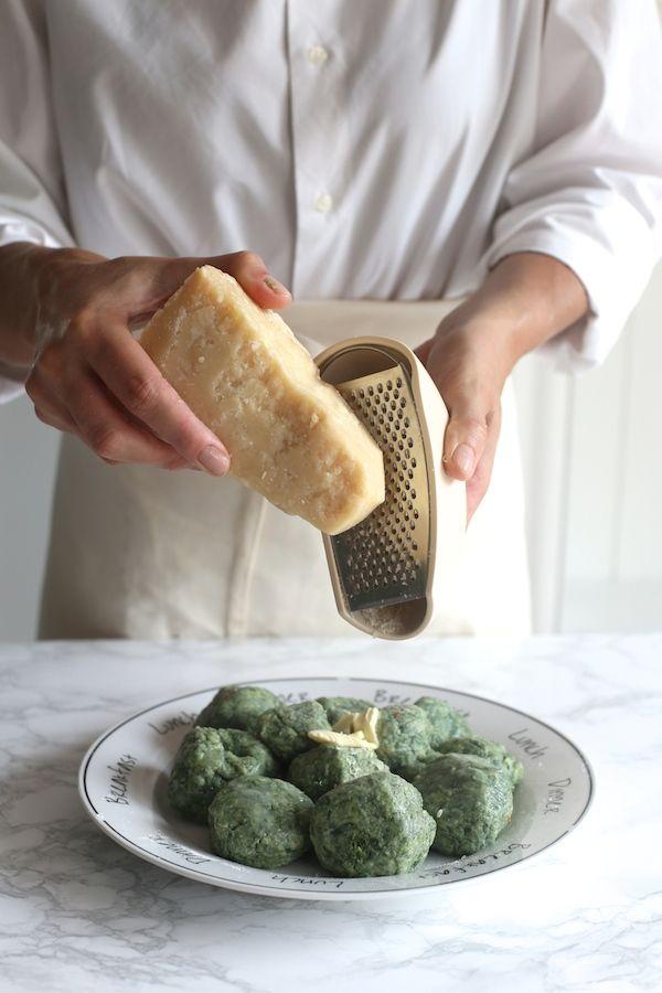 Włoskie malfatti z masłem, tartym parmezanem i szałwią
