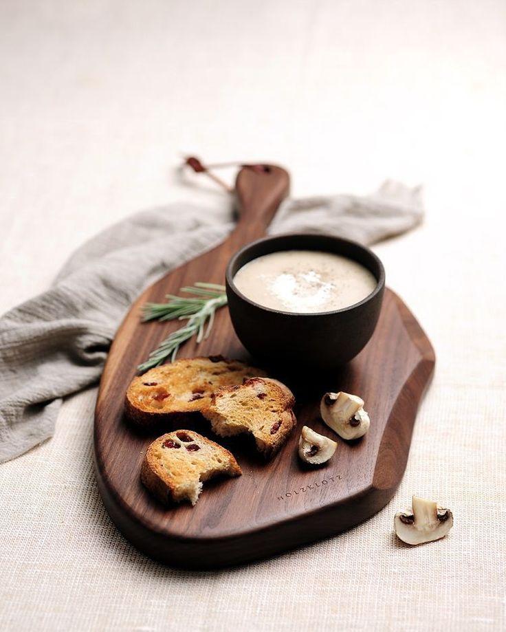 """좋아요 52개, 댓글 1개 - Instagram의 홀츠클로츠(@holzklotz_official)님: """"자연스러운 엣지의 호두나무 도마 #cuttingboard #breadboard #cheeseboard #도마 #나무도마 #빵도마 #원목도마 #foodstyle #푸드스타일링…"""""""