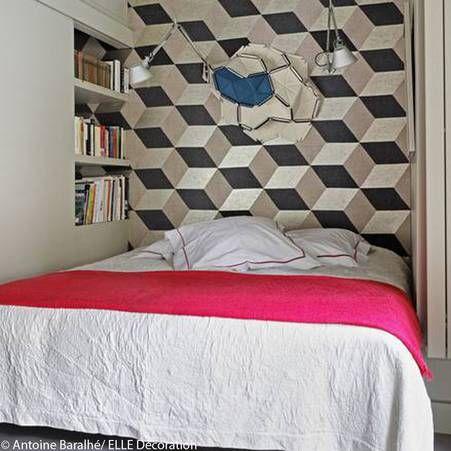 Idee deco n 8 une chambre avec un papier peint graphique en guise de tete de lit