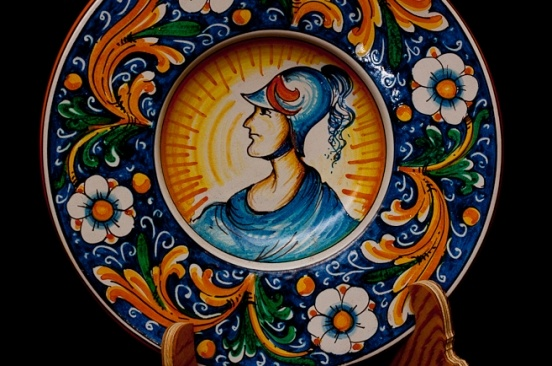 The soldier plate  The decor dates back to the 19th Century and shows a bust of a soldier within a circular medallion. The flap is adorned with volutes of leaves and peonies