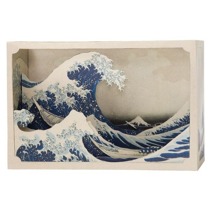 """Tatebanko Papier Diorama """"Die große Woge"""" Hokusai    Tatebanko ist die fast vergessene japanische Kunst detaillierte Dioramas und perspektivische Szenen aus Papier zu erschaffen."""