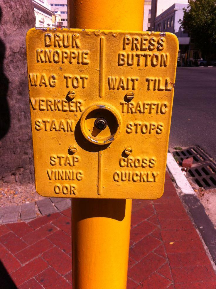 Een leuk bordje dat bij de stoplichten staat in Kaapstad.