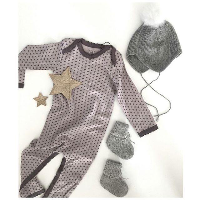 """""""När @tildabjarsmyr väljer ut en outfit till sina barn kan man räkna med att det blir förstaklassigt, beviset ser vi ovan! Den mjuka bodysuiten från Petit by Sofie Schnoor tillsammans med den gulliga mössan och skorna från Huttelihut bildar den perfekta looken för alla små höst och vinterbabys. @petitbysofieschnoor @huttelihutdk #babyhopse #tildabjarsmyr #vinterbaby"""" Photo taken by @babyshopse on Instagram, pinned via the InstaPin iOS App! http://www.instapinapp.com (10/09/2015)"""