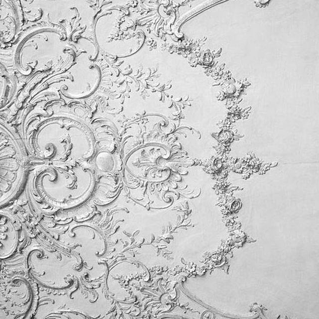 When we're looking for inspiration we look high and low - including these beautifully ornate ceiling moldings from a stylish and swoonworthy Parisian apartment. #frenchbedroomcompany #itsallinthedetails #thedevilsinthedetails #parisapartment #haussmann #interiordesign #dailyinspiration #greyandwhite #wehavethisthingwitharchitecture