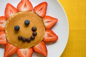 Sun Pancakes.  simple enough.. pancake, strawberry and blueberries, or as a real treat these could be replaced by chocolate chipsKids Recipe, Pancakes Recipe, Fun Food, Funfood, Snacks Food, Sunshine Pancakes, Sun Pancakes, Kids Fun, Kids Food