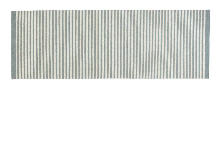Fabula Jasmine løber  - Moderne håndvævet kelim løber i lyseblå/grå - perfekt i entréen eller gangen. Tæppet er fremstillet i New Zealandsk uld vævet på bomuldssnor, der  sikrer en god holdbarhed. Tæppet er håndlavet, og der kan derfor forekomme små variationer i  vævning, farve, design og størrelse.