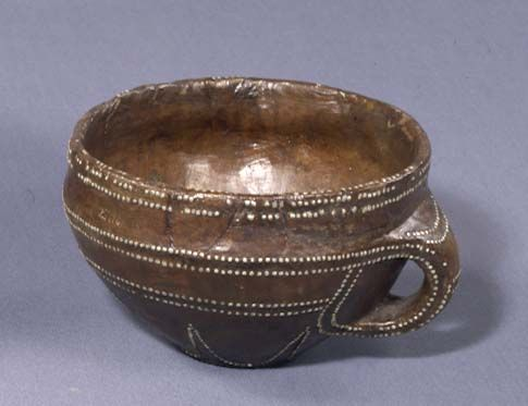 Not all drinking bowls were imported. In Denmark people made bowls from wood with attractive patterns of hammered-in tin tacks. This was found in the mound Store Kongehøj at Kongeåen. Bronze, find, offerings.