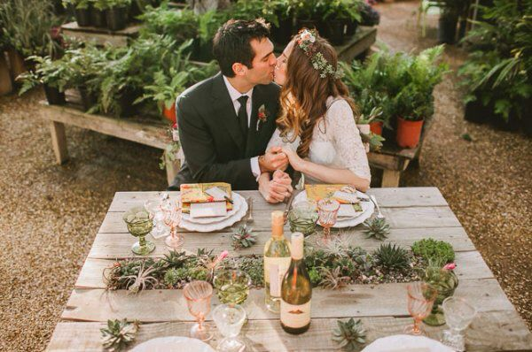 Деревянный стол, суккуленты и любовь