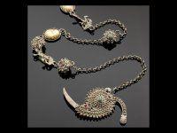 Spuligadentes con catene e amuleti