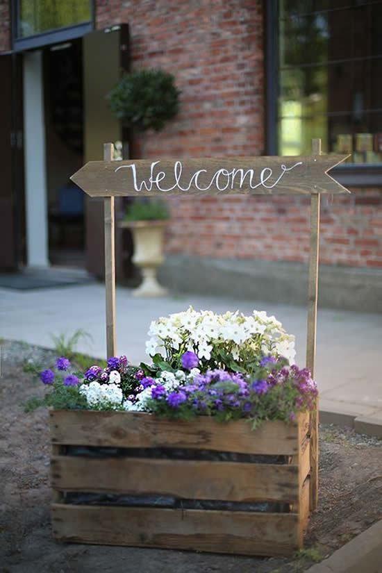 Dekoration mit DIY Holztöpfen und Blumenkästen, die dem Garten einen besonderen Charme verleihen
