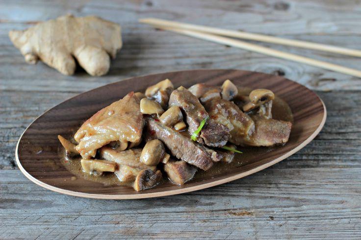 La ricetta del maiale con funghi e zenzero è un secondo tipico della cucina thailandese. Scopri come cucinare a casa questa semplice e veloce ricetta.