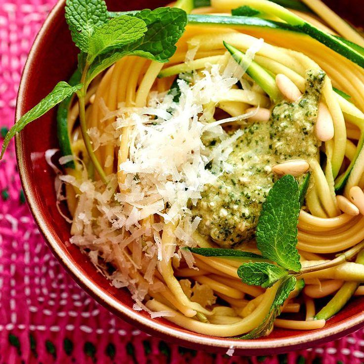À l'aide d'un zesteur, réaliser des « spaghettis » de courgette, les plonger 1 minute dans une casserole d'eau bouillante salée.