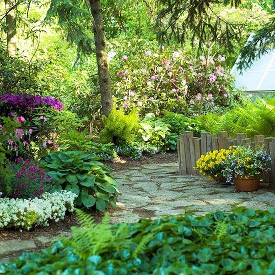Shade garden path white senderos escalinatas for Shady backyard landscaping ideas