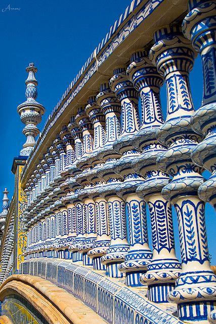 Detalle de la balaustrada del puente en la plaza de España en Sevilla.