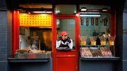 Präferenz für lokale Gerichte; Pekinger Nahrungsmittelverkäufer wartet auf Kundschaft.