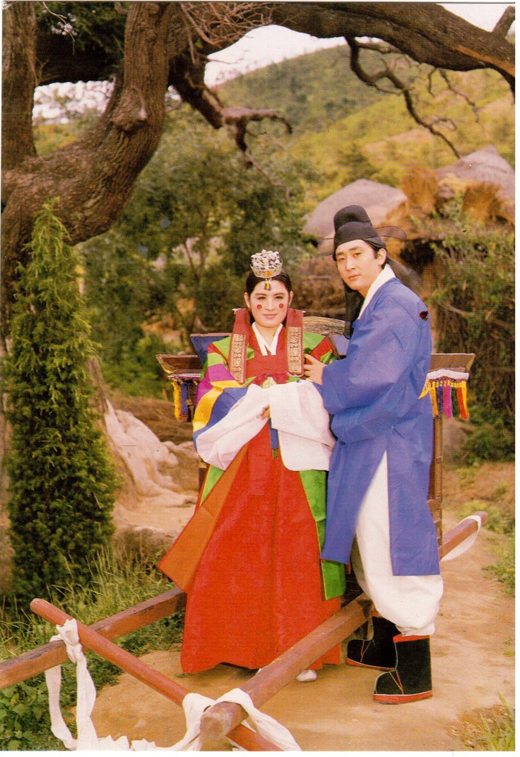 Korean wedding in traditional costumes.  Card sent to Postcrosser in Belarus.