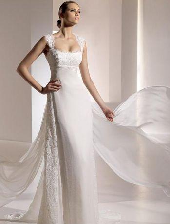 Белое прямое простое свадебное платье кружевное со длинном шлейфом  с закрытыми плечами