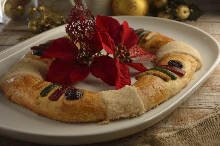 La receta de rosca de reyes es una forma sencilla de elaborar este delicioso postre.  Es una rosca cubierta con azúcar y ate, tal como la receta mexicana tradicional. Nadie te va a creer que tú la cocinaste.