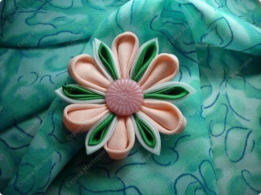 Мастер-класс Украшение Цумами Канзаши Канзаши круглые лепестки Ткань фото 10 -- excellent tutorial -- stitched method.