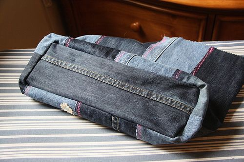 Instructions on how to put the bottom in a jeans bag