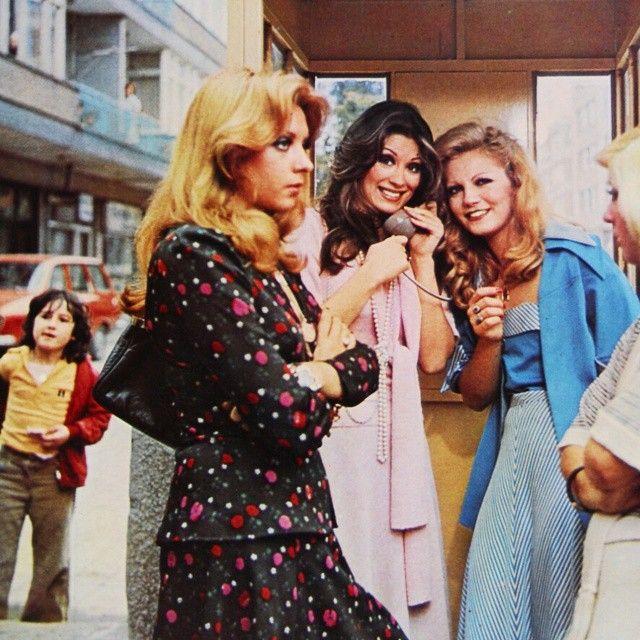 """""""Ah Nerede"""" 1975 Topağacı....Aydan Adan-Gülşen Bubikoğlu-Nilgün Atılgan-Serpil Nur'un yarısı.. Camda ve balkonda görülen kişiler ve çocuk bilinmiyor..Filmin künyesi ile ilgili bilgileri aynı filme ait daha önce paylaşılmış karelerde bulabilisiniz... Ayrıca bu filmin çok sevilme nedeni hakkında fikri olan bizimle paylaşırsa çok seviniriz.."""