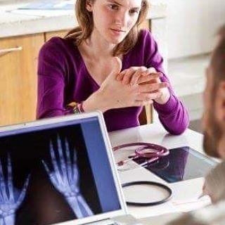 iltihaplı romatizma Romatoid artrit  Artritin kelime anlamı, eklem iltihabı demektir. Romatoid artrit, küçük eklemlerin (el eklemleri, el bileği ve ayak eklemleri) ve dirseklerin öncelikle tutulduğu, kronik (6 haftadan uzun süreli) seyir gösteren ve tuttuğu eklemde hasara neden olan; bir çok organ ve sistemi de tutabilen otoimmün bir iltihabi eklem hastalığıdır.  Tuttuğu eklemde hasar oluşturarak sakatlığa neden olur. Romatoid artrit, yaygın bir hastalık olup, her yüz kişiden birinde…