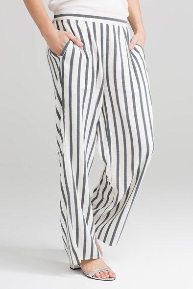 Moderne bukse med høyt liv og vide ben. Super mykt og luftig stoff i bomullsblanding. Den har strikk i livet på baksiden og lommer på sidene.   Hvit