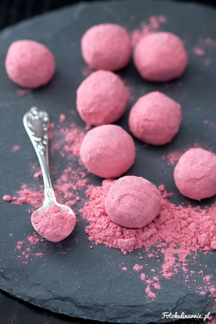 Aksamitne trufle czekoladowe w romantycznie różowym, malinowym pudrze. Nadzienie rozpływa się w ustach, a puder jest kwaskowaty i orzeźwiający.