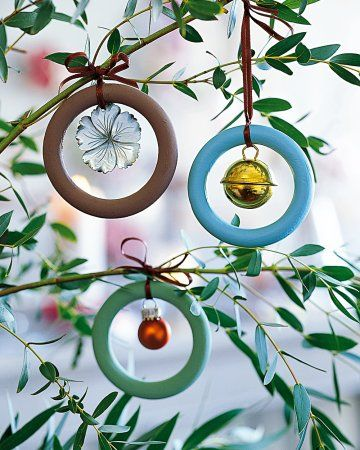 Easy and cheap xmas deco : use your imaginations and everything you find at home and put it in a wood curtain ring.