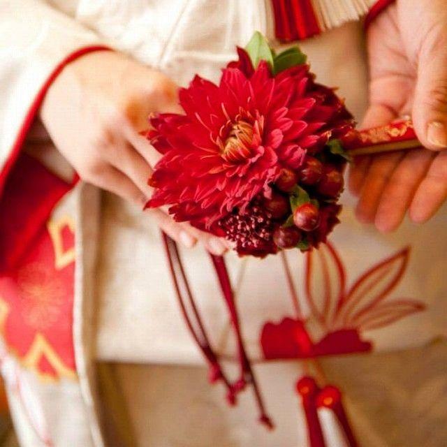 マリアージュでも大人気の和装ブーケ。  ブーケはドレスだけじゃない! 和装もブーケで華やかに。  このブーケは和装なら必ず手元に持つ末広にダリアや実物をあしらったブーケです。  お花担当はパサージュ。 いつもセンスいいお花を新郎新婦さんに届けてくれています(^ ^) #和装ブーケ#末広ブーケ#wedding #weddingphot #ブーケ#bouquet#ウェディングプロデュース#ウェディングプランナー #結婚式#パサージュ