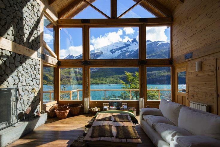 Aguas Arriba Lodge está apartado incluso en la Patagonia: se localiza sobre el Lago del Desierto, a 37 km de El Chaltén y todas sus estancias están dominadas por la majestuosidad del paisaje.