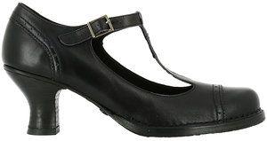Svarta skor med pompadurklack från spanska Neosens