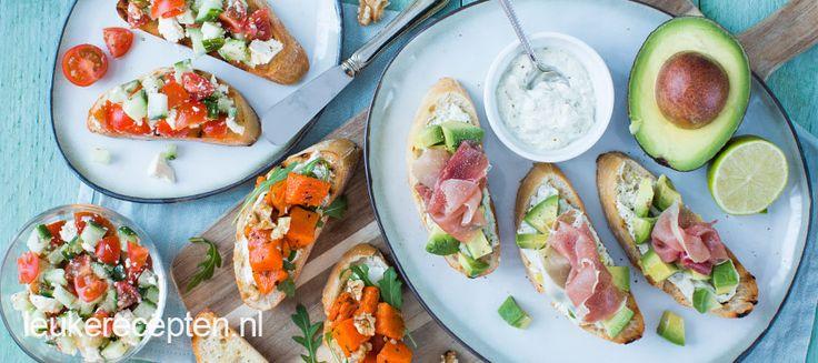 Bruschetta's zijn gegrilde sneetjes brood besprenkeld met olijfolie en ingewreven met knoflook. Je kunt ze beleggen met verschillende groentes, vleeswaren of kazen. Bruschetta's komen oorspronkelijk uit Italië en de meest klassieke variant is die met tomaat en basilicum. Ze zijn ideaal om je diner mee te beginnen of uit te delen op een feestje. Hierbij …