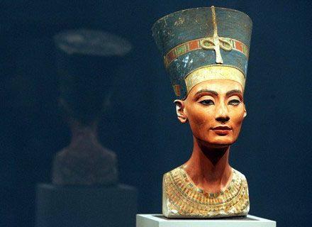 """Autoresconosciuto. 1340 a.C. circa (Nuovo Regno), pietra calcarea dipinta. 48 cm, presente nel Neues Museum di Berlino. Nefertiti fu la sposa del faraone Akhenaton, ritenuto eretico dai seguaci delle antiche divinità egizie per il culto monoteista del dio Sole. Nefertiti, cioè """"la bella è giunta"""". La colorazione non è quella convenzionalmente riservata alle donne, giallognola, ma bruna con occhi e sopracciglia marcati dal trucco."""