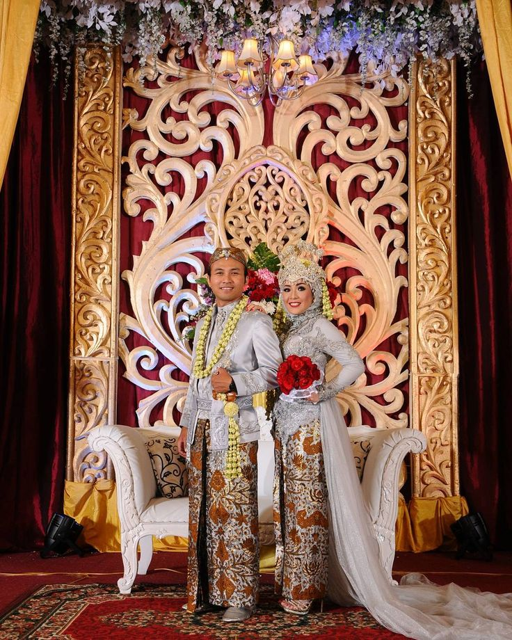 """Sunda Siger attire for Akad. Actually there are two kind of Sundanese attire that widely known and commonly use in wedding events: Sunda Putri and Sunda Siger. If both akad and reception use Sundanese tradition usually Sunda Putri use for akad and Sunda Siger use for the wedding reception. Sunda Siger brides use kebaya for the top samping sunda and crown named """"Siger"""". Samping sunda is patterned fabric usually use by Sundanese people. Samping sunda usually use batik pattern. Sunda Siger…"""