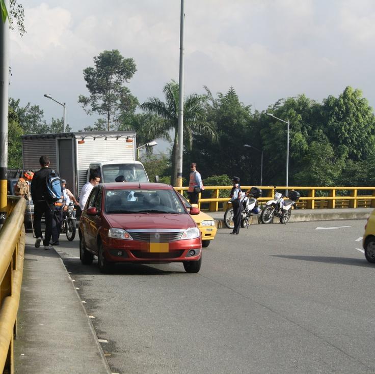 Día sin carro - Medellín. Puente de la Aguacatala. Hora. 8:00 am.                                                         Al rededor de 15 vehículos fueron sancionados en el transcurso de una hora del Día son carro.