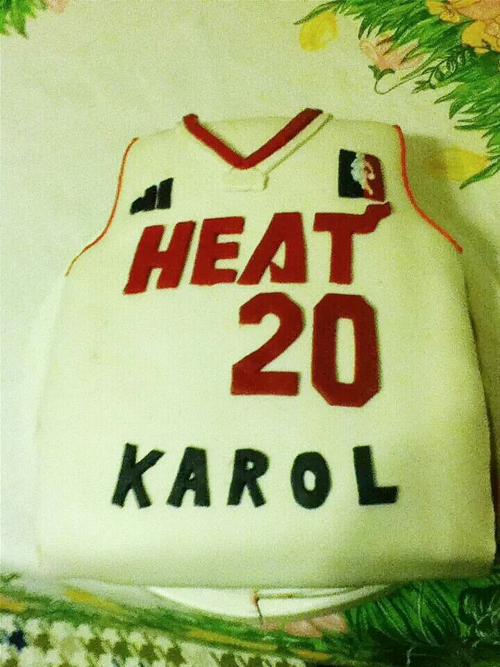 Bitthday cake for my boyfriend, he's a fan of miami heat and he's 20 so i did this for him. I was very proud cuz i did everything myself, even mass sugar from marshmallows, and it wasn't easy;) #cake #birthday