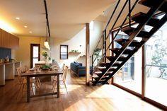 スケルトン階段をあえて窓際に設置。階段の横から光を通す新しい提案です