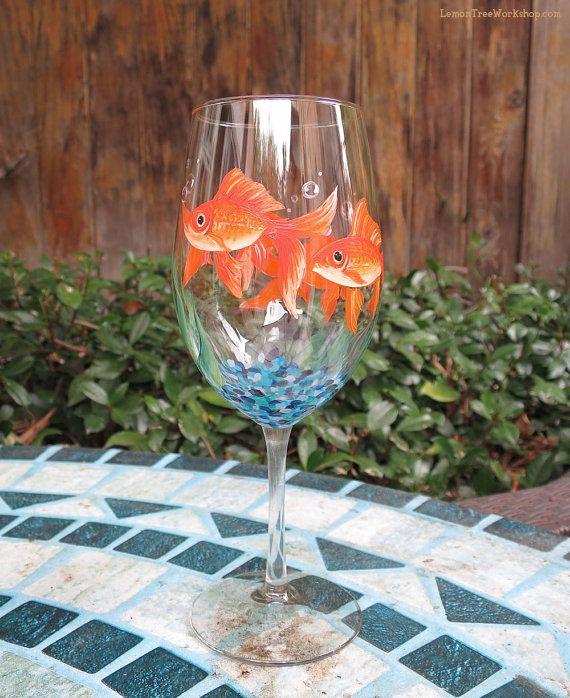 Coutume très détaillées main peinte verre à vin décorée tout autour avec une école de poisson rouge réaliste et bulles fendant verts sur gravier dans leur propre petit monde. Un merveilleux cadeau pour un amoureux de la nature, ou quelquun qui ne peut sengager à posséder la vraie aquariophilie.  Ce verre à vin très détaillé est fabriqué sur commande. Donner à vos proches ou clients un cadeau unique et mémorable qui nest pas disponible dans les magasins.  Prix indiqué est pour un verres à vin…