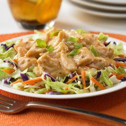 Ensalada de Pollo con Jengibre: Refrescante ensalada de pollo, rápida, sin cocción, preparada con pollo enlatado, salsa para saltear de naranja y jengibre, y aderezo de mayonesa; servida con una mezcla de repollos crujientes