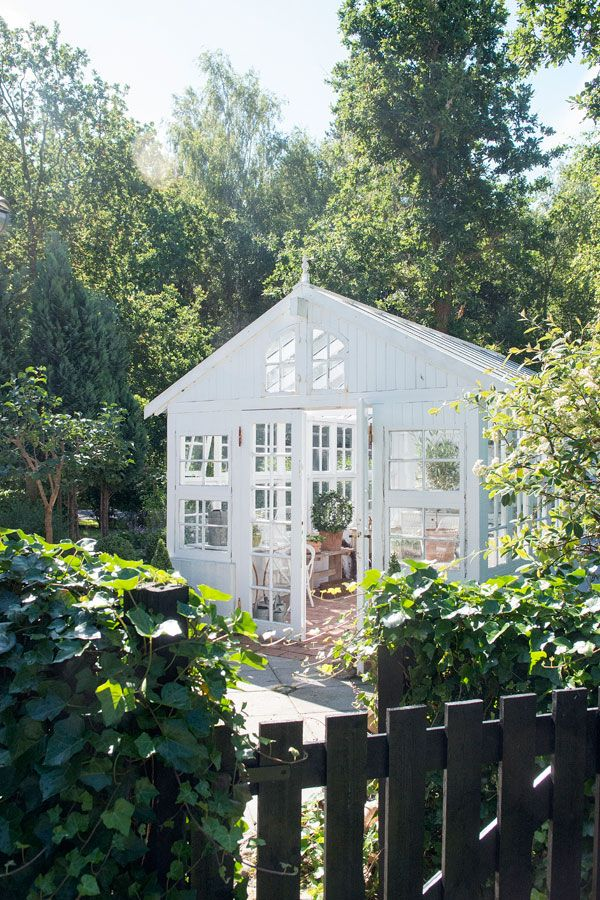<P> <strong> A white world </ strong> </ p> <p> Janne Toftegaards green house in Rørvig Denmark is a beautiful example of a greenhouse built of old windows. Janne wanted a green house with an open shelf and she has even project designed the house. </ P>