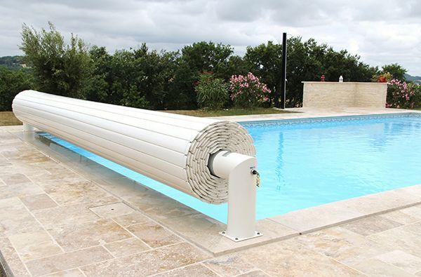 Beau bassin équipé d'un liner bleu pâle, frise Lisboa gris et d'une couverture automatique Hors Sol Prestige #APF