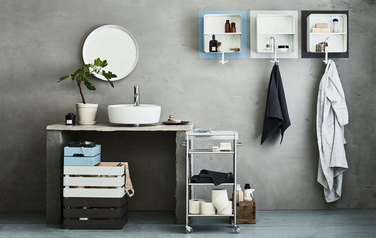 Duid ieders spulletjes aan in een gedeelde badkamer door met verf ieders kleur aan te brengen op de muur en op een stel KNAGGLIG kistjes. Zet de gemeenschappelijke voorraad op een GRUNDTAL roltafel.