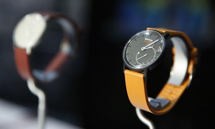 Un po' di aggeggi dal CES 2015: Il Withings Activite Pop è uno smartwatch molto essenziale, oltre all'ora le sue lancette mostrano la percentuale di passi compiuti ogni giorno rispetto agli obiettivi prefissati, che si possono impostare tramite un'app che dialoga con l'orologio - Las Vegas, Nevada, Stati Uniti - Il Post