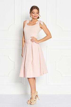 Middi sukňa áčkového strihu, s možnosťou rozopnutia na zips v zadnej časti. Vhodná či na príležitosť alebo každodenné nosenie.