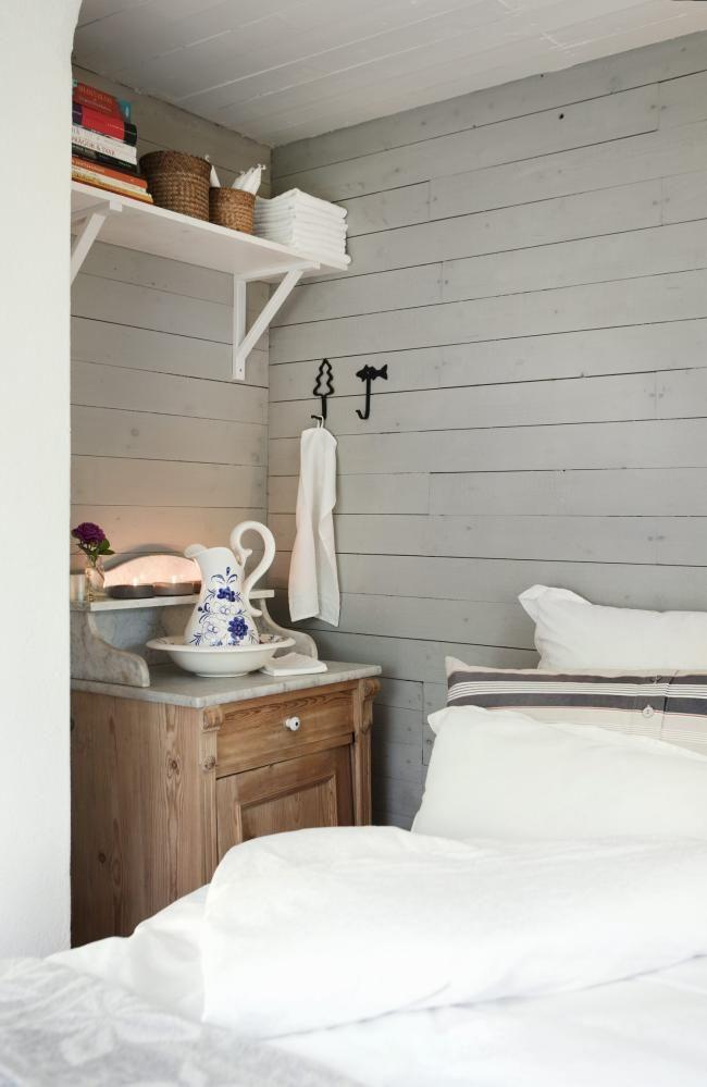PENT OG PRAKTISK: I soverommet står en stor, deilig seng. Et gammelt vaskeskap er både nattbord og passelig pynt i rommet. På hyllen over ligger en stabel bøker, hvis det skal være vanskelig å falle i søvn eller stå opp.