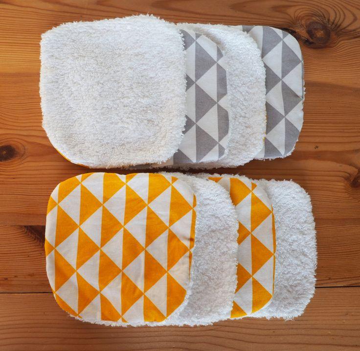 Ce lot de 8 lingettes lavables écologiques sera pratiques pour nettoyer bébé. Elles sont aussi idéales pour vous démaquiller. De plus, vous pourrez les ranger dans leur petit panier assorti !  Quatre lingettes ont un côté en coton imprimé triangles jaune moutarde. Les quatre autres sont en coton imprimé triangles gris. De lautre côté, elles sont en tissu éponge en bambou. Cest un tissu tout doux !  Le tissu éponge, ainsi que le coton imprimé sont certifiés selon la norme Oeko-Tex Standard…