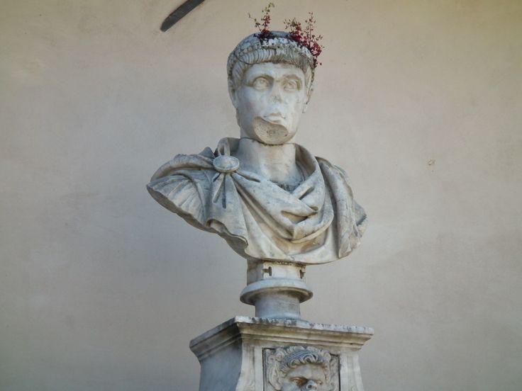 Tivoli: Villa d'Este. Un antico busto incoronato dalla natura